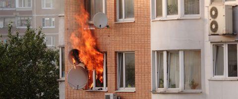Wohnung-steht-in-Flammen