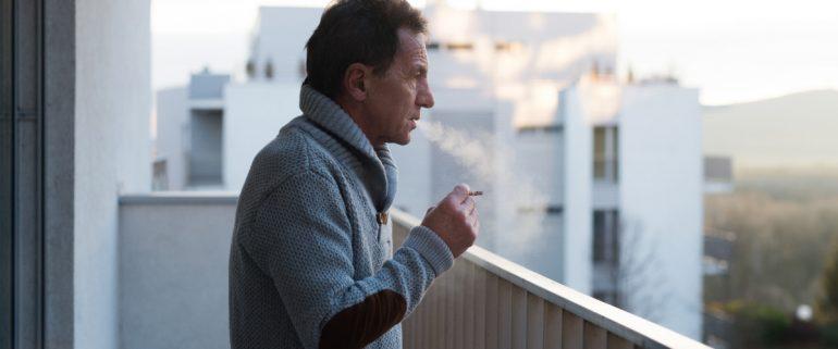 Mieter-raucht-auf-Balkon-BGH-schraenkt-Rauchen-auf-Balkon-ein