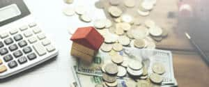Geld-und-Taschenrechner-auf-Tisch