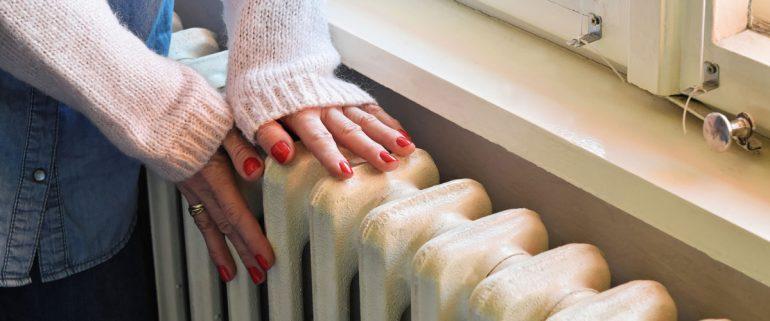 Hände-an-Heizung-wärmen