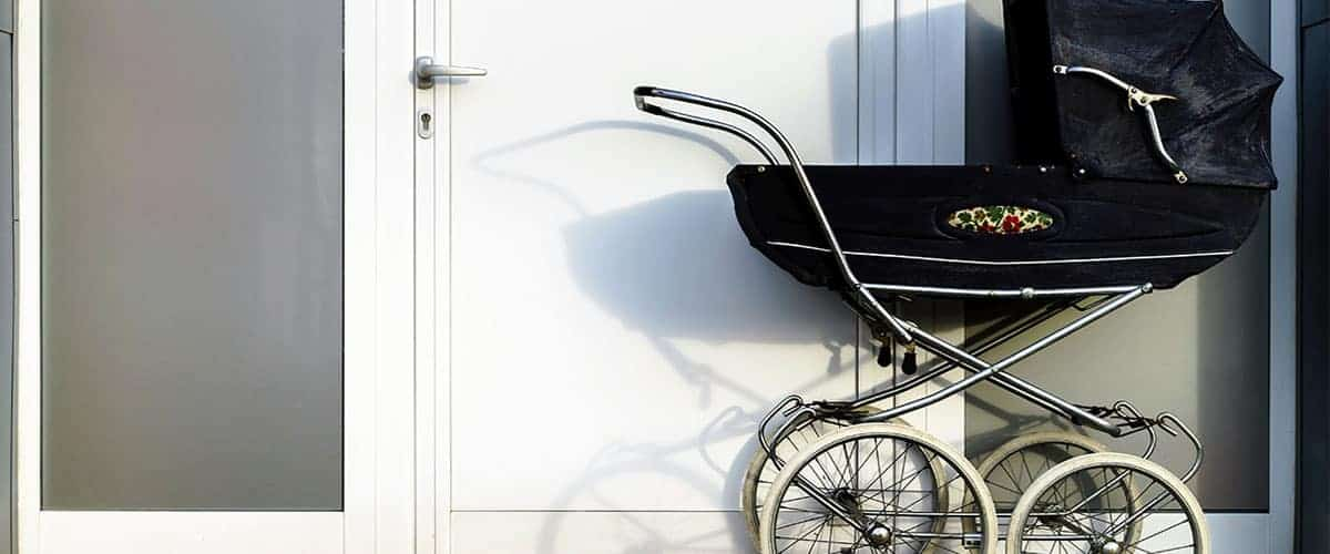Kinderwagen im Hausflur oder Treppenhaus Mietswohnung