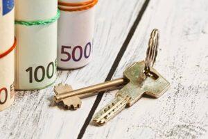 Geldbündel-und-Hausschlüssel