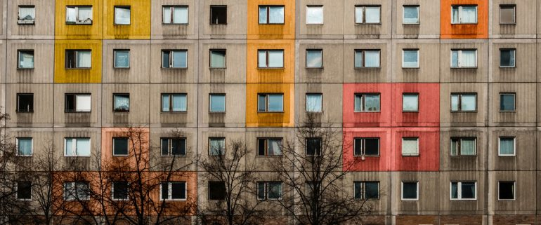 Mehrstöckiges-Mietshaus-von-Außen