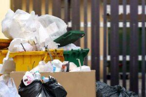 Müll vor Haus