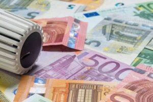 Geldscheine-neben-Heizungsknopf