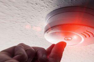 Rauchmelder Decke Pflicht Vermieter rotes Alarmlicht