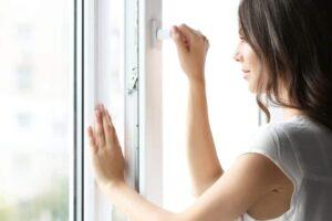 Frau-oeffnet-Fenster-Richtig-Lueften-und-Heizen-Mietwohnung