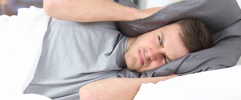 Bett-Kissen-Mann-nicht-schlafen-koennen-Ruhezeiten-Mietshaeuser-Mietrecht