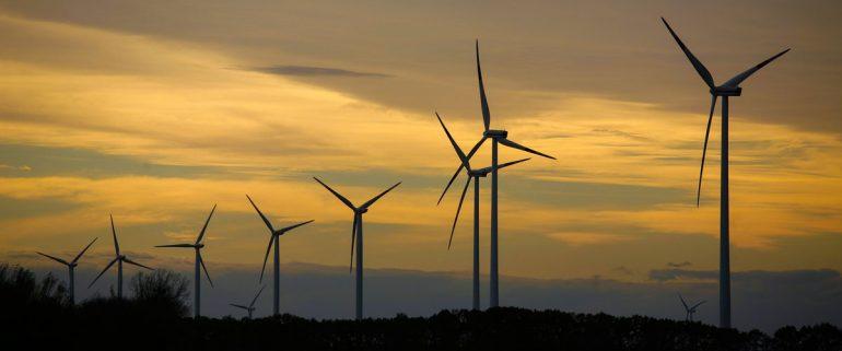 Windräder-im-Sonnenuntergang