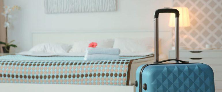 Zimmer-mit-Koffer-im-Raum