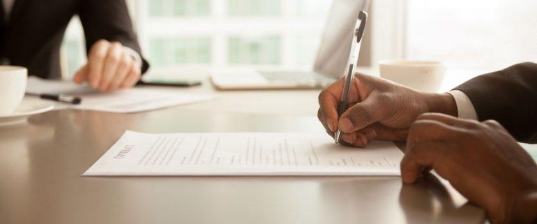 Mann-unterzeichnet-Vertrag