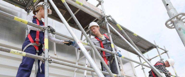 Bauarbeiter-auf-Fassadengerüst-an-Haus