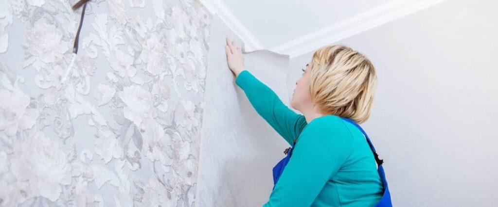Frau-tapeziert-Wand