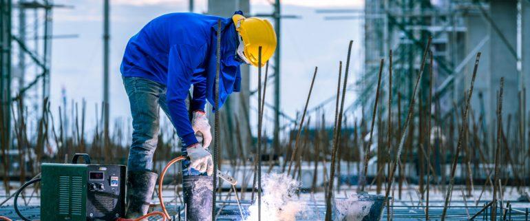 Bauarbeiter-auf-Baustelle-am-schweißen