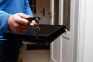 Wohnungsmakler bei Schlüsselübergabe
