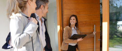 Makler zeigt Ehepaar ein Haus