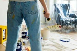 Frau streicht Wohnung