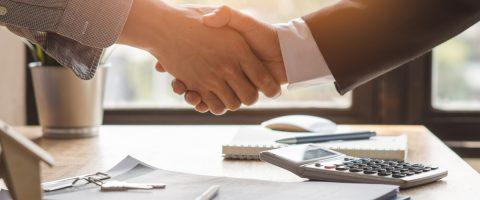 Mieter-und-Vermieter-geben-sich-die-Hand