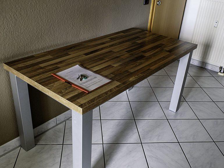 Teilmöblierte Wohnung, Tisch mit MIetvertrag