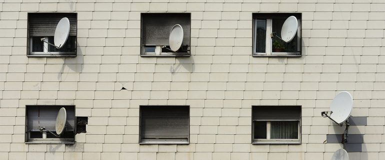 Fassade mit Satellietenschüsseln