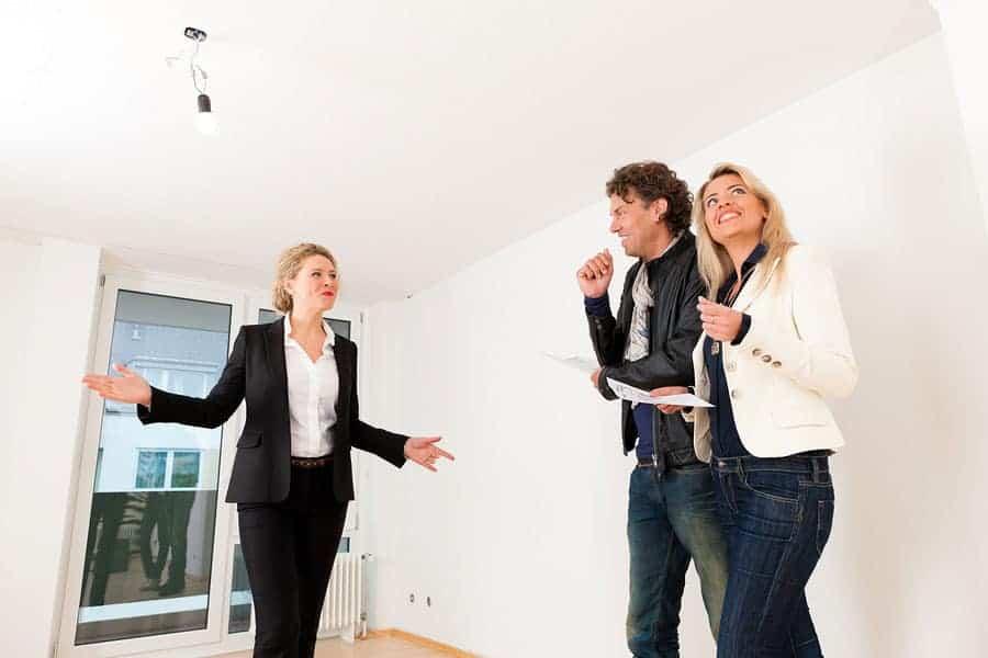 Vermieter zeigt eine Wohnung